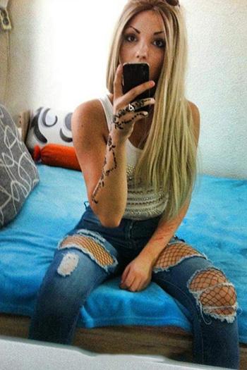 La puttana escort turca Berlin Damla, giovane bionda, offre un ampio servizio sessuale