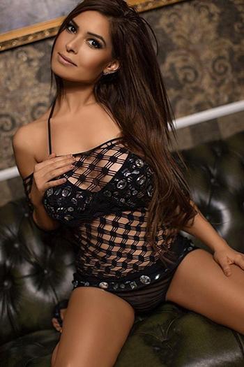 La modella escort Berlin Gabi, super figura, coccola con uno spogliarello di massaggi con sesso anale
