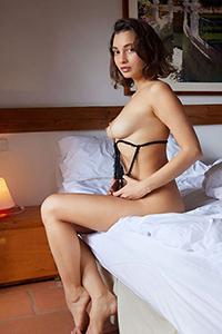 La puttana dell'hobby Maura ordina un massaggio erotico con olio con servizio di caviale tramite Escort Berlin